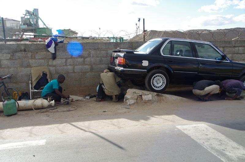Petites et grandes voitures la d couverte de madagascar for Arret voiture garage